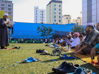Malé residents attend mass congregation for Eid al-Fitr prayer
