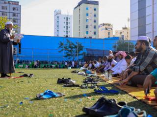 Malé residents attend mass congregation for Eid al-Fitr prayer